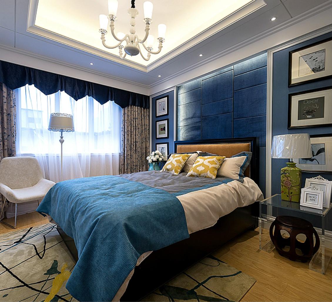 主卧室简简单单,搭配创意吊灯,以深蓝色为主色调,显得温馨满满