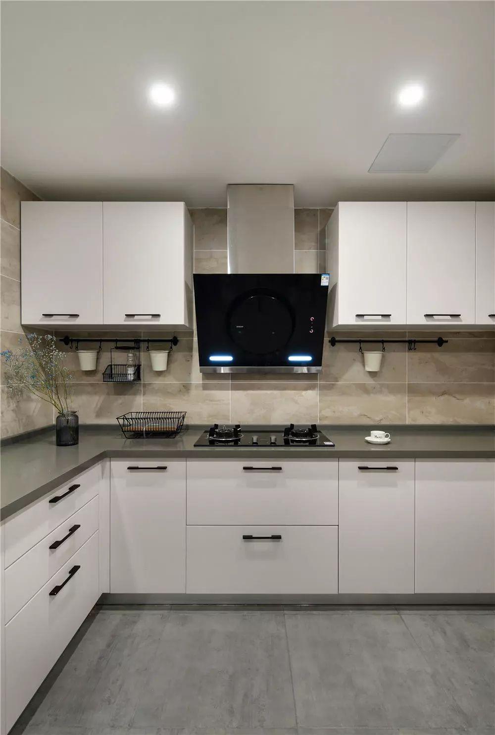 厨房内简单的配色干净明亮,收纳齐全。