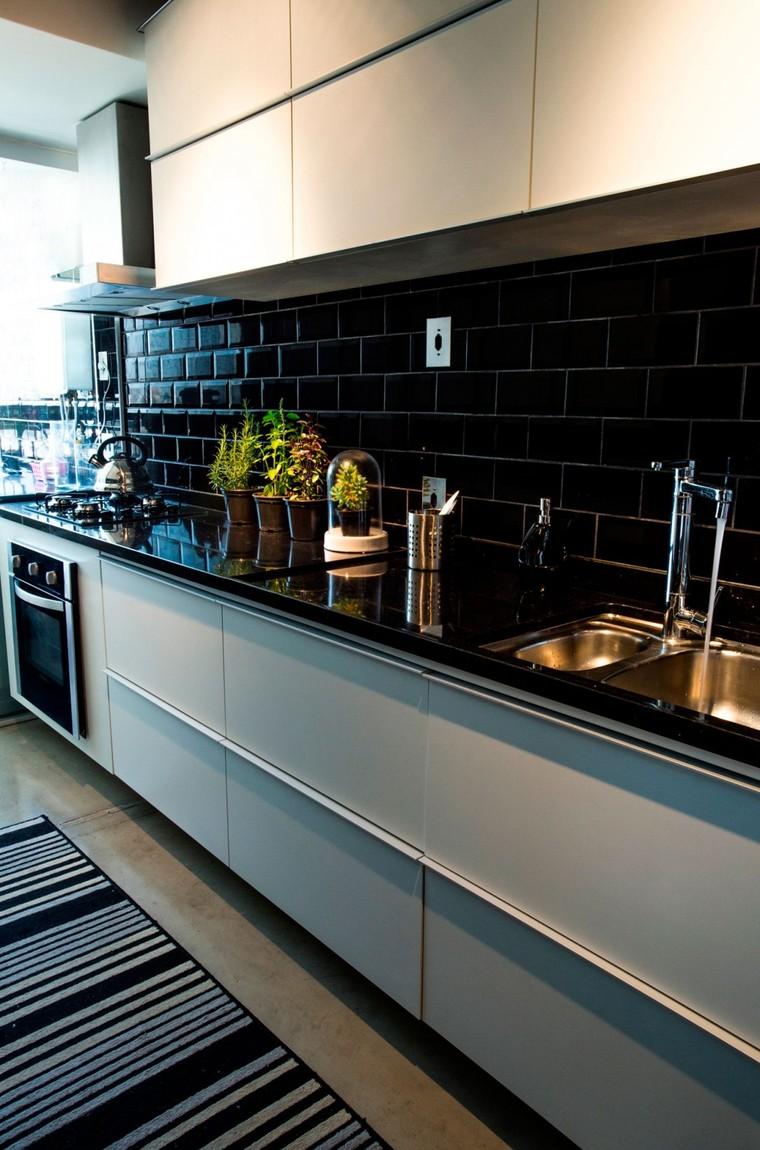 在厨房两侧打造大容量的储物柜,将杂物放置其中,让小空间也不会显得凌乱,两面黑色瓷砖的材质增添时尚感。