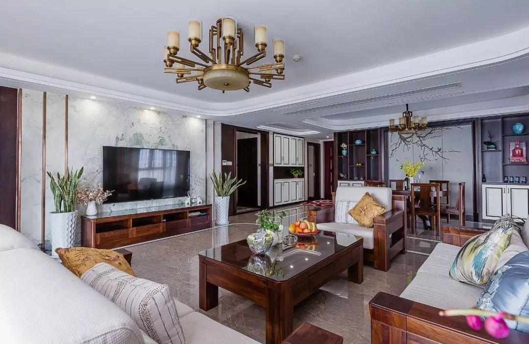 因房屋面积足够,家具融合中式风格,吊顶线条增加层次感,看起来大气磅礴。