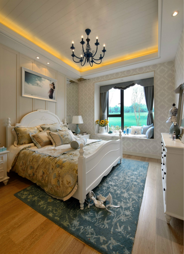 白色床搭配米黄色床品自然温馨,蓝色花纹地毯带来一丝优雅。