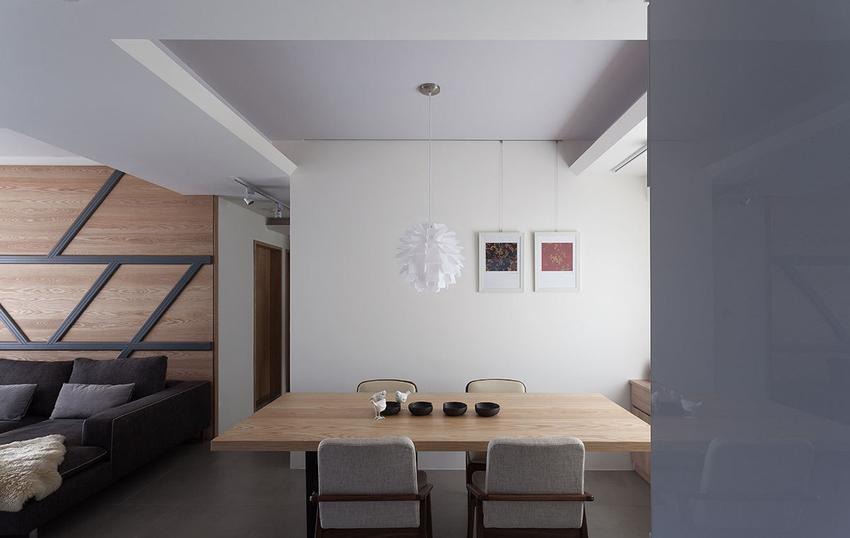 拆除原先一房的隔间,让餐厅呈现半开放式设计,并透过方正的夹层天花板作出空间界定。