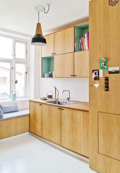 厨房在木质的橱柜中间,点缀了一点粉嫩的绿色,清新的视觉感就出来了。