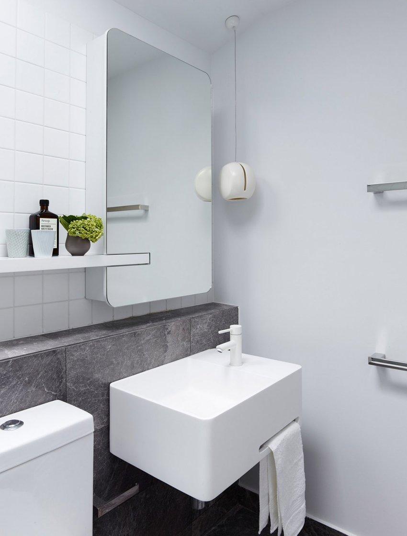 设计师尽一切可能,让卫生间在拥有洗漱功能的同时,也具备了收纳功能,一切都很完美。