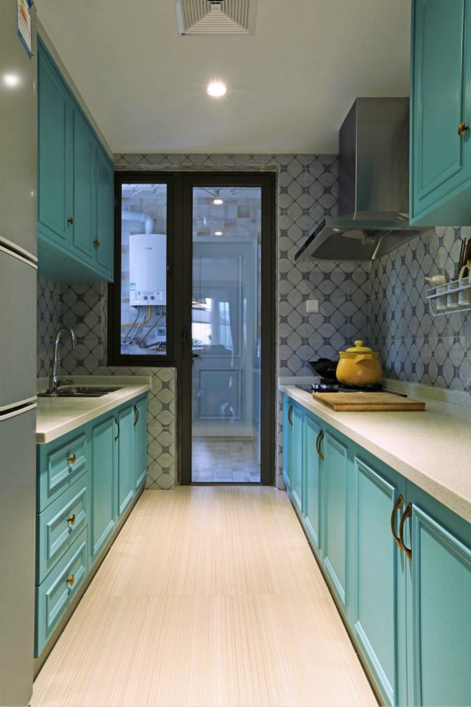 厨房里通体浅蓝色的橱柜,让整个厨房更加亮堂,也显得宽敞。