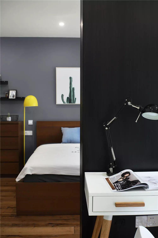 书房与主卧用一小面墙相隔,套间设计丰富通透感。