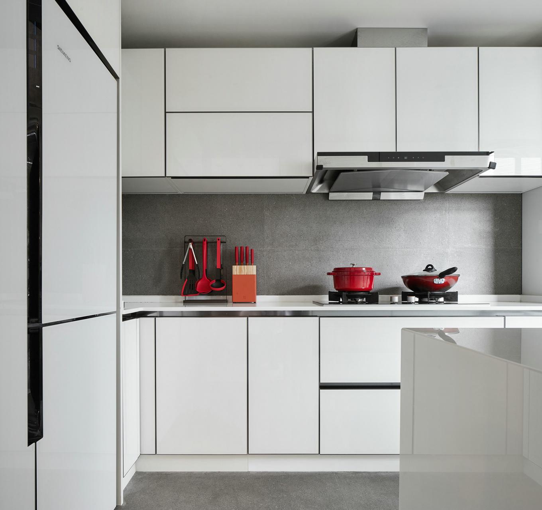厨房四面操作台,最大化的利用厨房的空间,美观实用;无拉手设计的橱柜简约奢华。