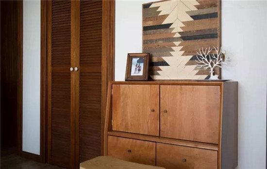 客厅左手边的走廊,放置了一个二黑木作的小柜子,里面收纳了自己平时用到的烘焙模具和一些餐具。