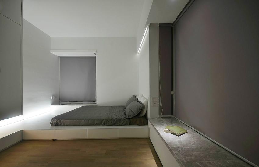 窗台预留足够的空间用来小憩,具备收纳功能的地台上,放置一张床垫,这便是卧室的全部。