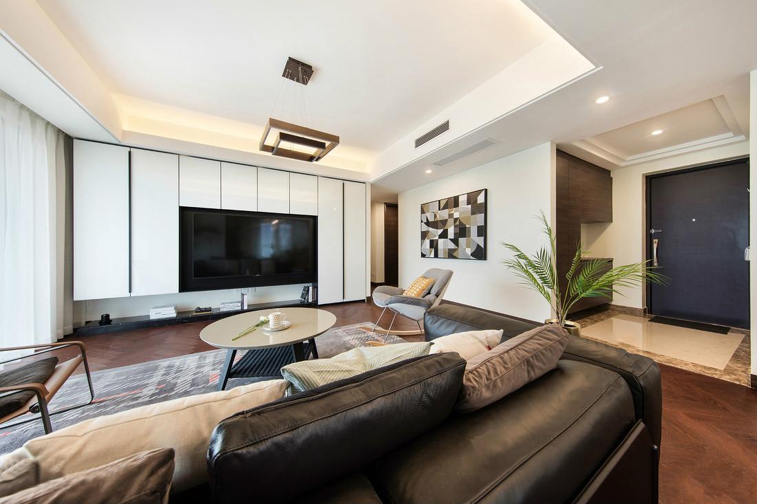 放眼整个客厅,满满的清新感。黑色沙发与淡白色小茶几颜色互补,白色的背景墙更是让人眼前一亮,满满的自然