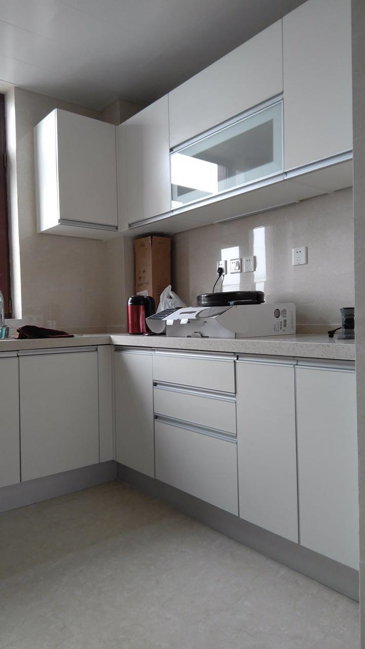 还先生选用了爱空间i6标配的白色款厨房,与整体空间相融。