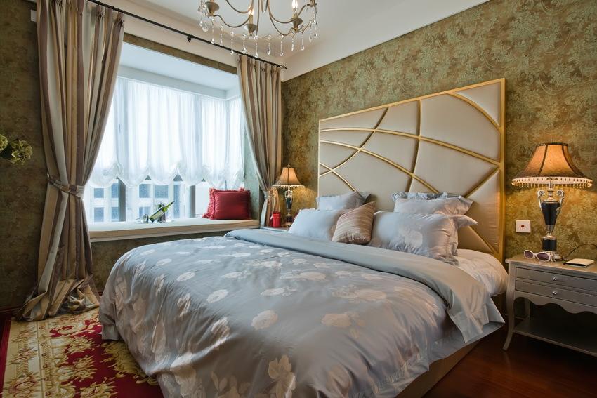 主卧室延续客餐厅的风格,金棕色与红棕色,谱写出优雅庄重的睡眠氛围。