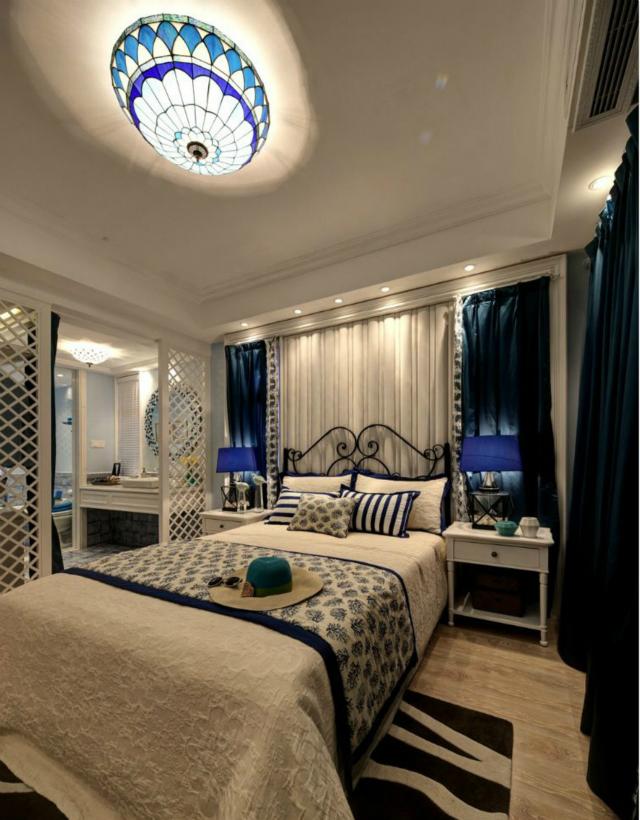 卧室整体以白色作为基调,蓝色点缀其中,优雅舒适。