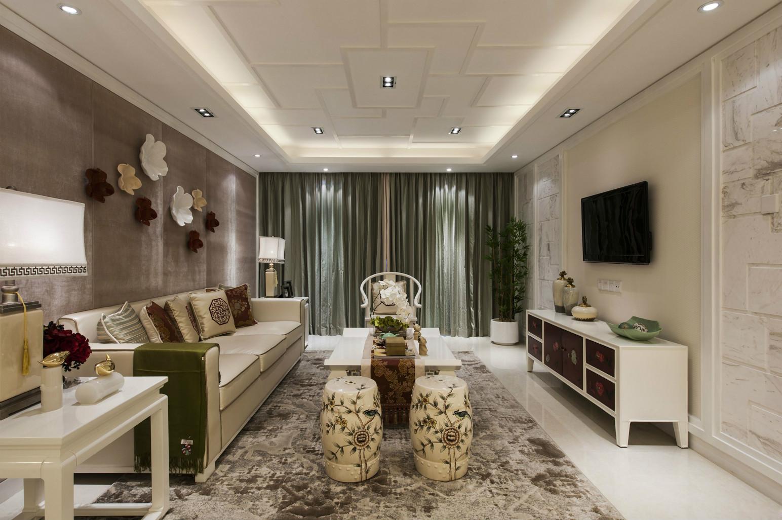 客厅中放置着清晰线条的布面转角座沙发,简洁而雅致。