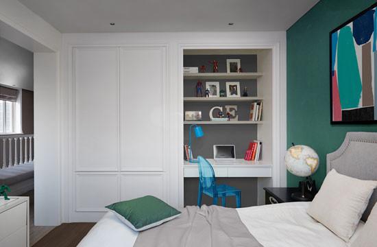 卧室的角落,既定观念里属于衣柜区域,被改造成了突然凹陷的工作台,实在令人出其不意。