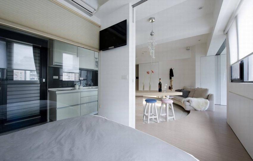 面向餐厅,主卧的另一道隔间,同样以隐藏式的伸缩拉门规划,收整于餐桌倚靠的短墙内。