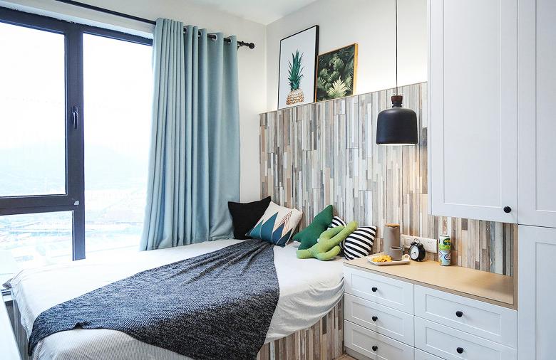 紧凑的次卧储物间空间丰富,得益于有限的空间化劣势为优势,次卧比主卧更加明亮。