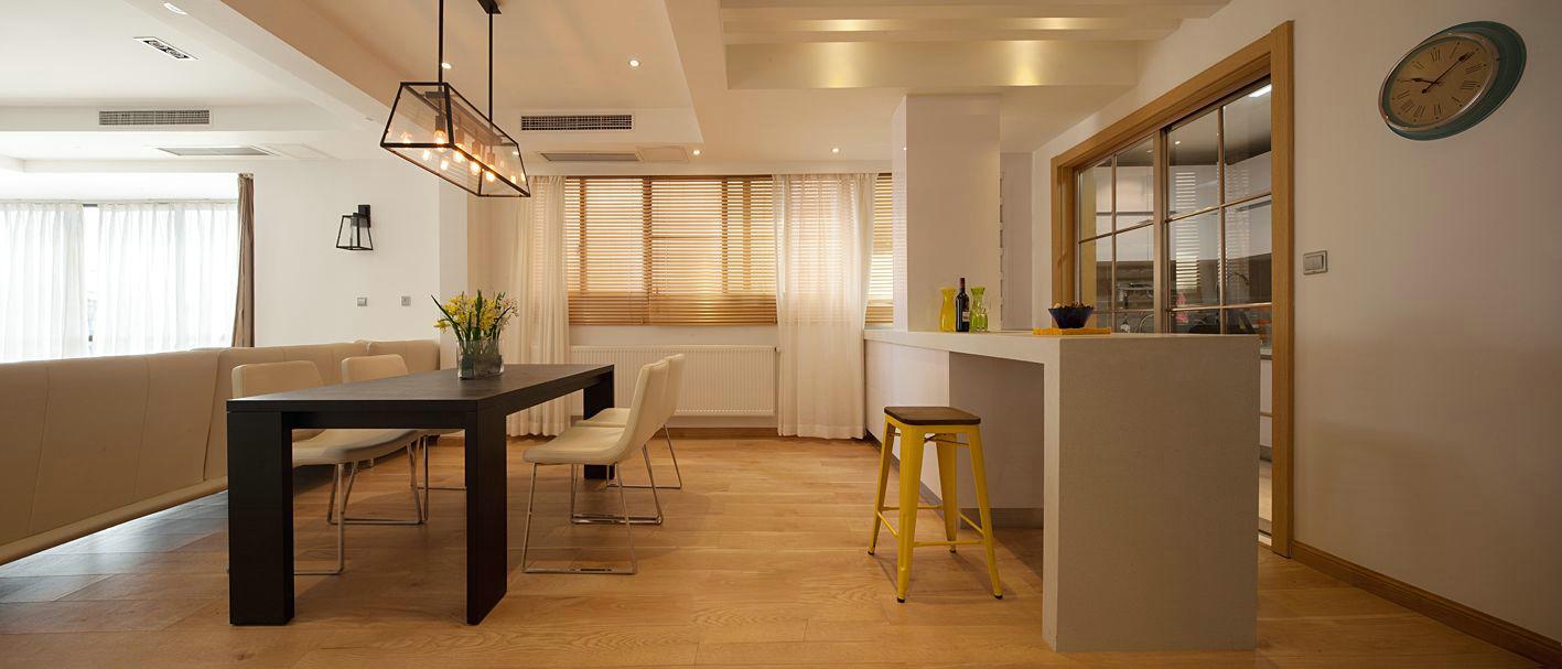 转角就是餐厅,简易的餐边柜,餐桌椅清新自然。