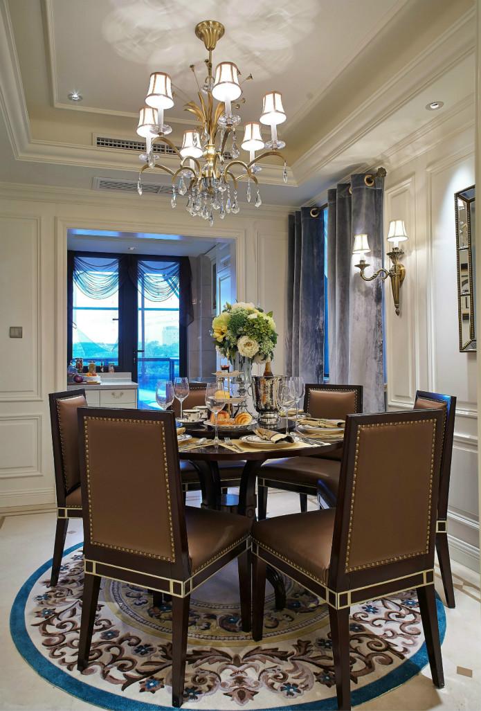 这样的餐桌无不透漏着一种华丽与富贵。