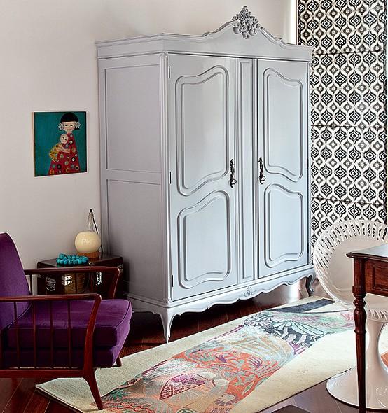 主卧更显复古本色,老沙发休闲椅,衣柜等,旧屋的存在仿佛讲述时光的故事。