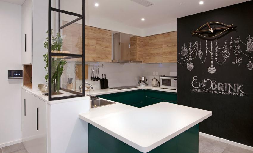 开放式的厨房并且带有一块大大的黑板墙。