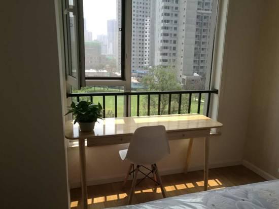 窗边放着一张轻巧的小桌,采光充足、视野开阔,无论读书还是小憩都是一个不错的选择。