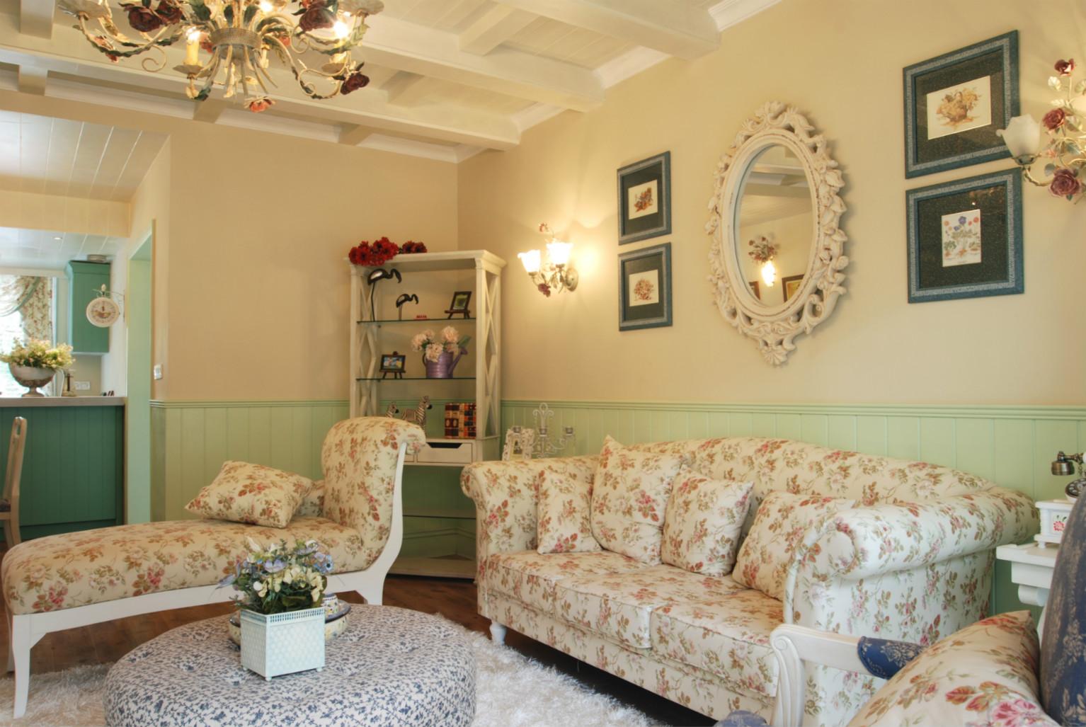 碎花是田园风格的典型特征,碎花布艺沙发增加了一抹田园色彩。