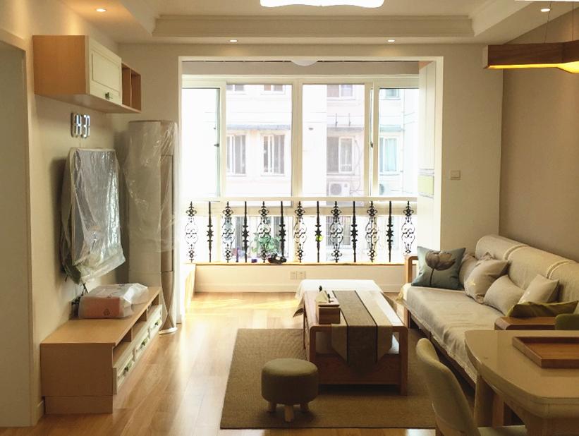 面积不大的客厅被浅色系家居装点的异常丰富;阳台的大落地窗,最大限度的吸收了阳光,使得整个空间更加明亮