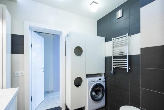 重组后的平面图允许设计师创建一个完整的浴室,带浴缸,宽水槽,梳妆台。