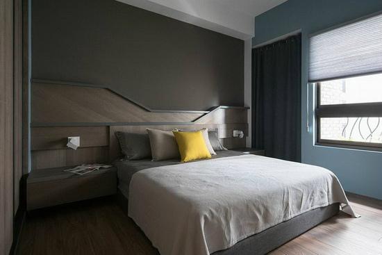 延续几何线条打造床头板造型,一旁则以拉帘隐藏收纳区域,让生活不被制式的设计所局限。
