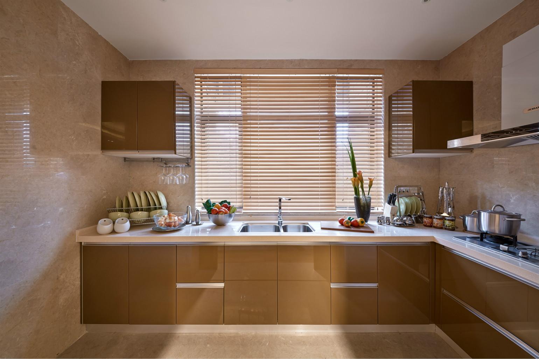 厨房挨着大窗户,采光效果特别好,而且橱柜的收纳空间也很大。