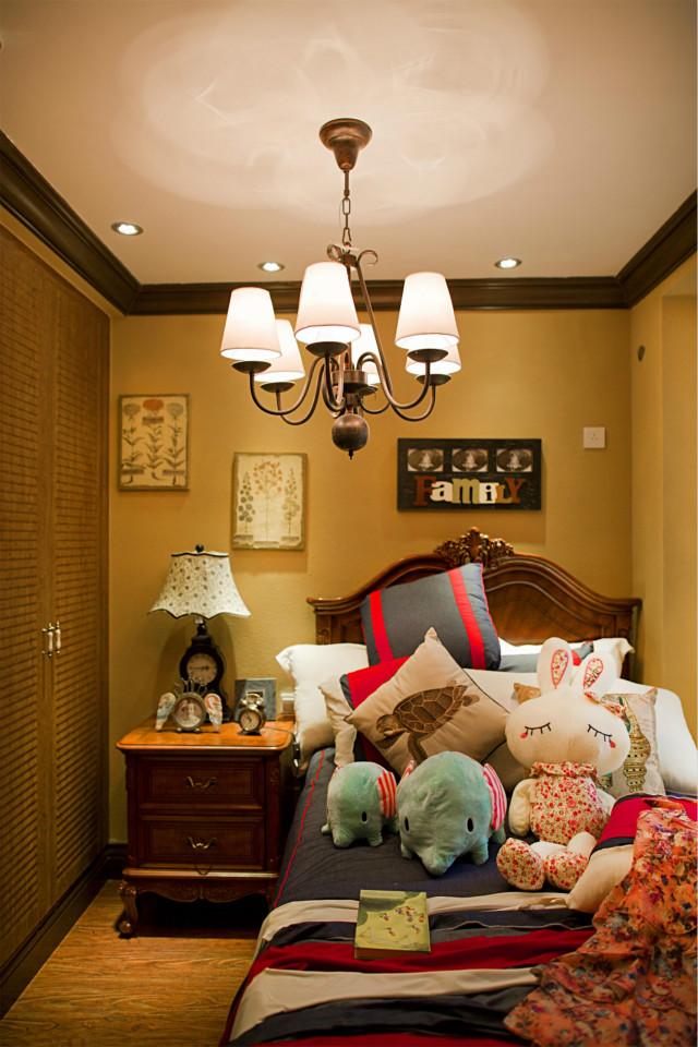 墙上的装饰画风格与床头灯相互呼应,床上堆满的卡通玩偶,住在这间屋子,连梦都是甜甜的吧。