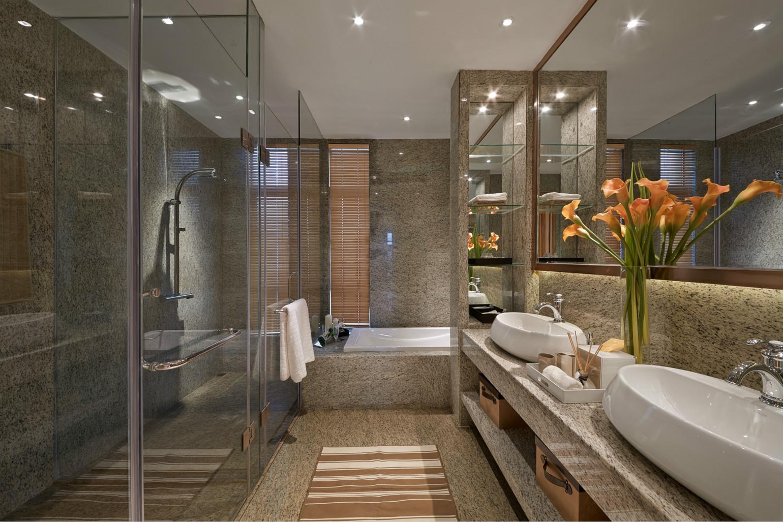 卫生间刚好利用玻璃空间做了淋浴间,分离干湿,清爽又时尚。