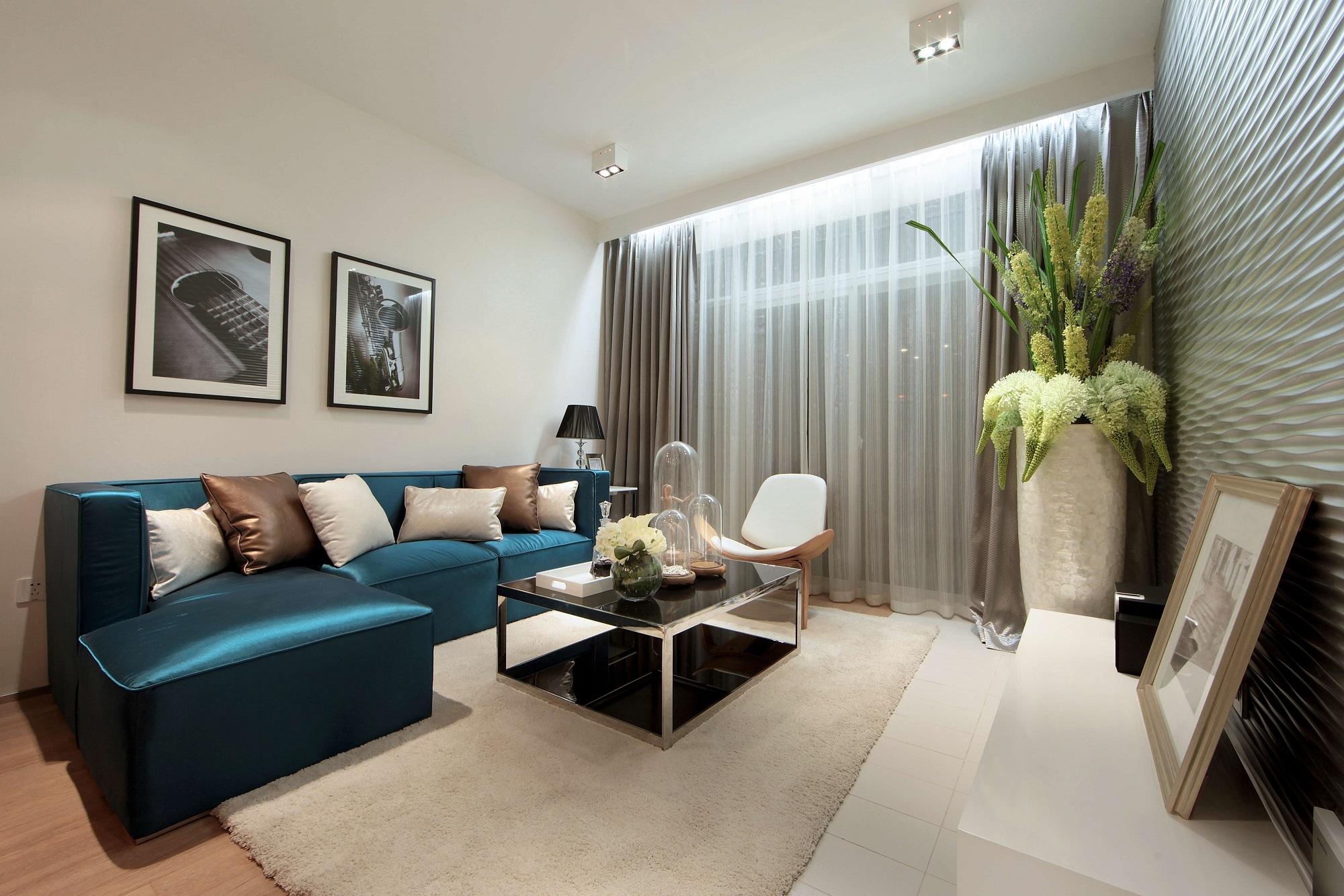 客厅以极简主义打造简洁素朴之美,宝蓝色沙发、金属边框装饰画等充满质感、时尚的元素来营造精致的氛围。