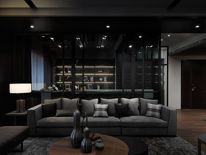 沙发后方利用灰玻璃隔出书房领域,透视的制材安排,让视觉得以延伸。