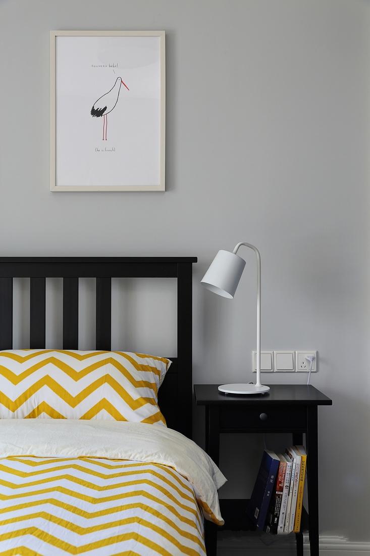 色彩温柔活泼的是儿童房,结合床头书桌,满足了储物的实用性。