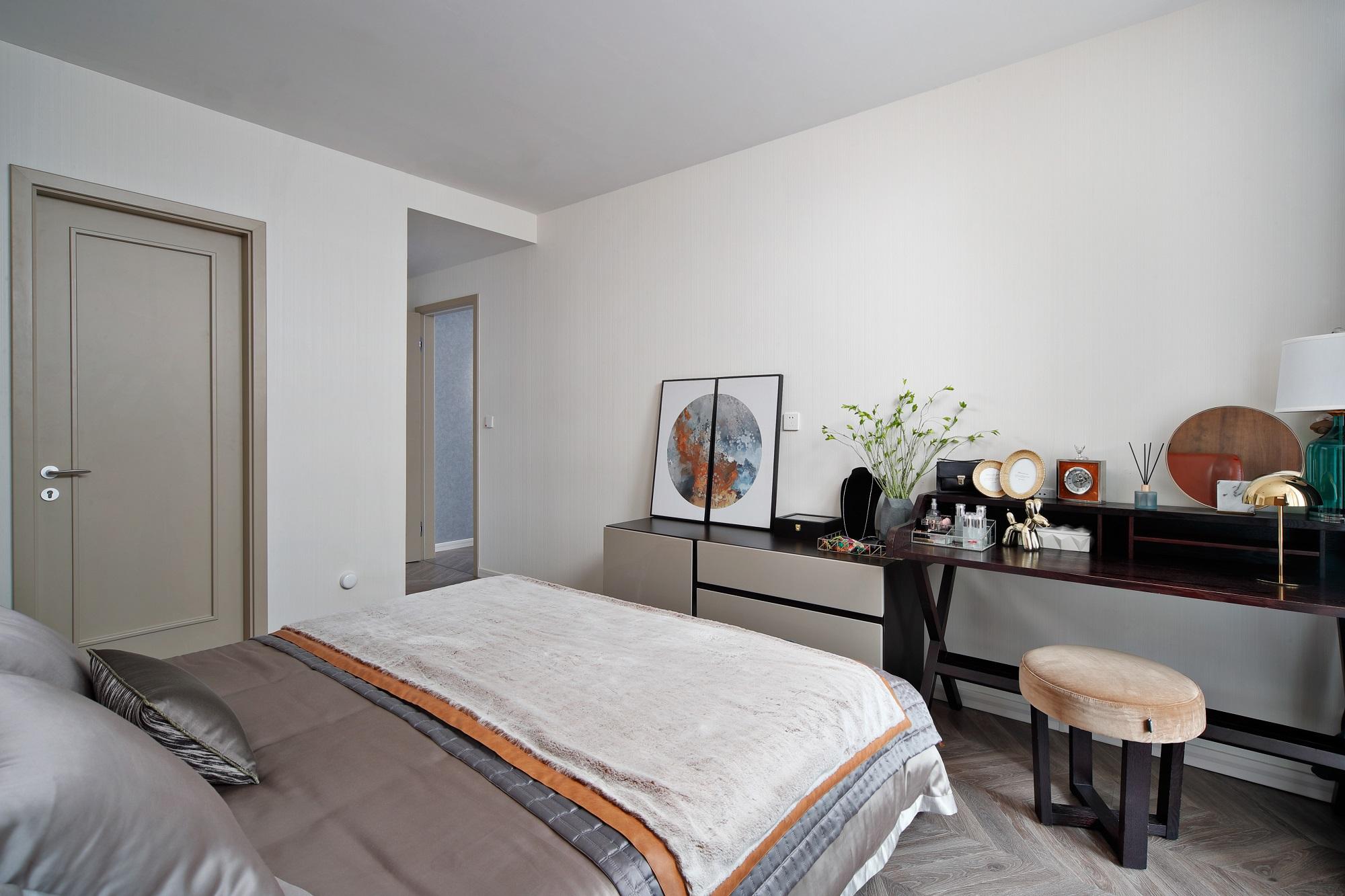 床头斗柜可以作为书柜等物品收纳区,上面摆放着艺术画、各种小工艺品等,为卧室空间增添了一抹艺术气息。