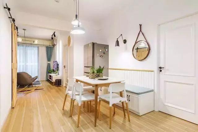 简约实木餐桌椅,搭配上两盏的吊灯,呈现出一个温馨自然的空间。