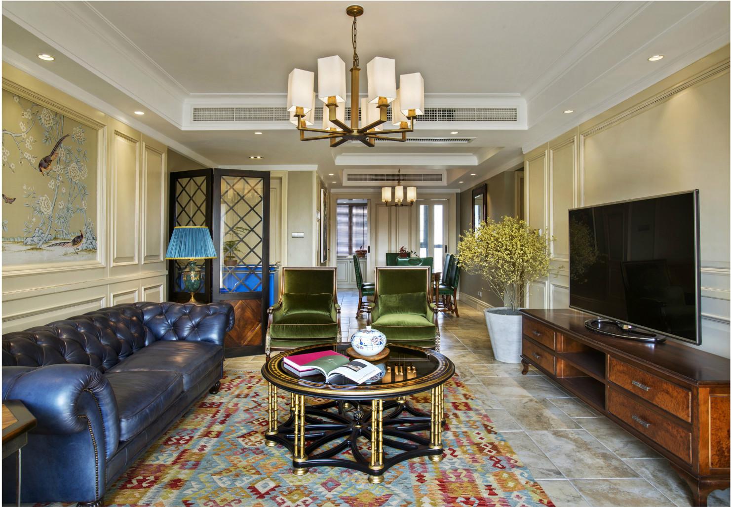 地毯增加不少客厅的温度,深褐色电视柜与小茶几,简直配一脸。