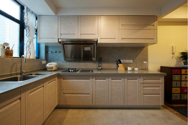 灰色橱柜与地板色调相和谐,整体显得干净优雅。