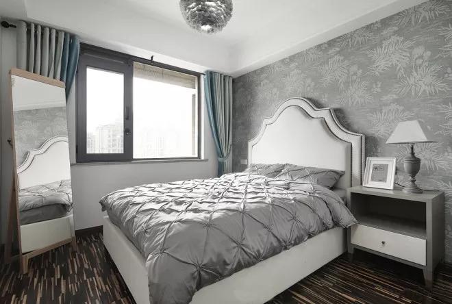 次卧主打灰色的时尚感。背景墙纸选用了软装同款银色,很有整体感。