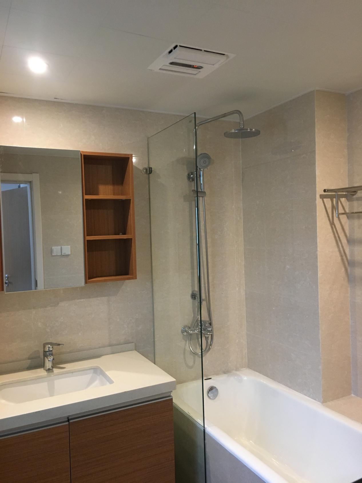 在爱空间标配的基础上,业主安装了浴缸和玻璃隔断,花洒的水不会溅到浴室柜。