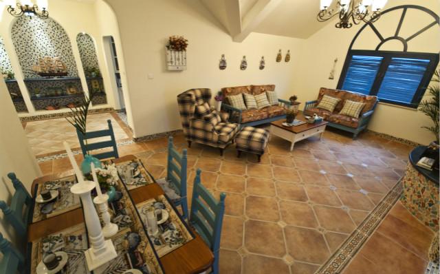 这个客厅大量使用碎花图案和格子的沙发布艺套,营造出了一种很温暖的家居生活