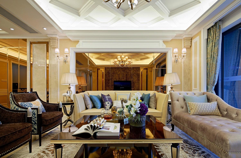 客厅背景墙采用了金色镜面设计,周边石膏线加以勾勒,给人视觉上延伸的作用。