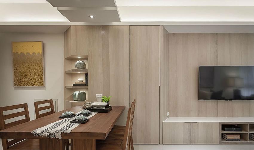 玄关的转角展示柜采斜角设计,降低柜体带来的压迫感,结合餐桌的配置摆设,兼具餐边柜的用途。