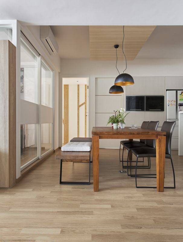 打破限制将厨房位移,加以穿透性的书房延伸,宽适定义居家核心餐厅。