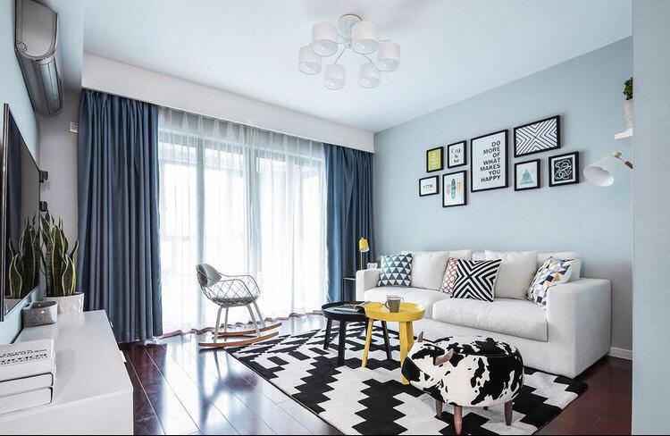 沙发的背景墙挂着艺术气息的挂画,使整个客厅含有艺术氛围