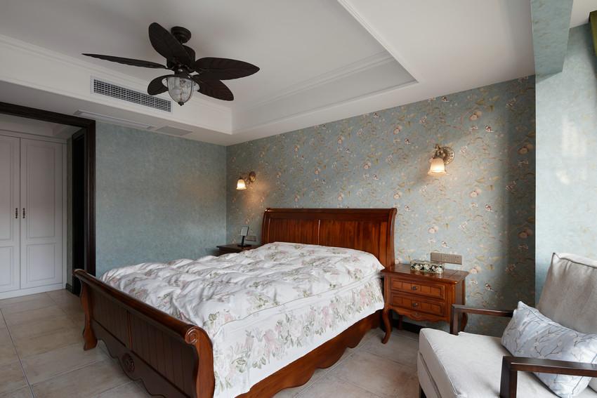 墙纸让宽敞的卧室里变得更加温柔,少量的衣柜让空间变得简单清爽。