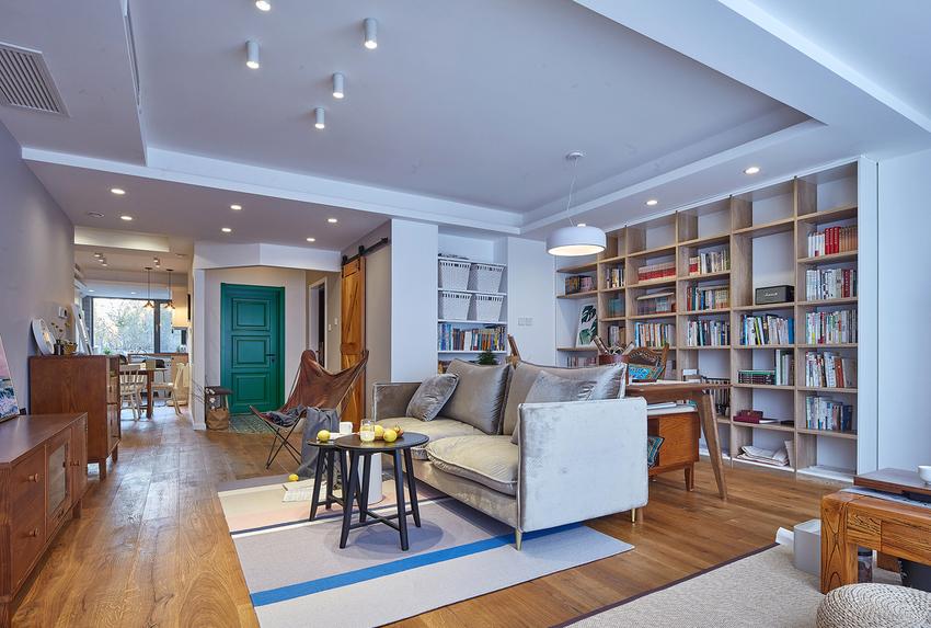 整面镶嵌入书柜和2米长的书桌,做成家庭图书馆,满足业主的写作需求。
