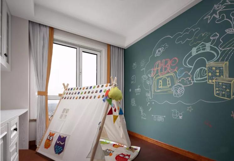 这一间为游戏室,一整面墙的黑板设计满足孩子的任意涂鸦,活泼有趣且灵活。